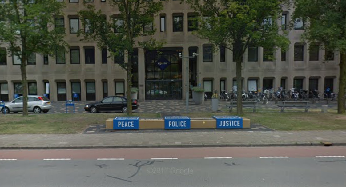 35af455c331 Politiebureau Den Haag ontruimd na vondst verdachte tas, EOD ter plaatse