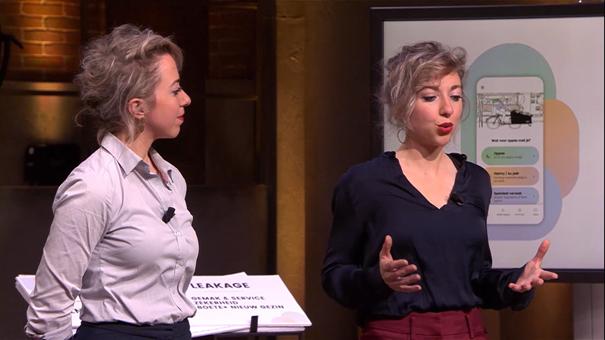 Tweelingszussen willen wereld veroveren met oppasbedrijf